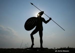 """Silhouette des Messapischen Kriegers in Eisen in der Ausgrabungsstätte """"Parco dei Guerrieri"""" in Vaste (Lecce) - ph Enrico Massaro"""