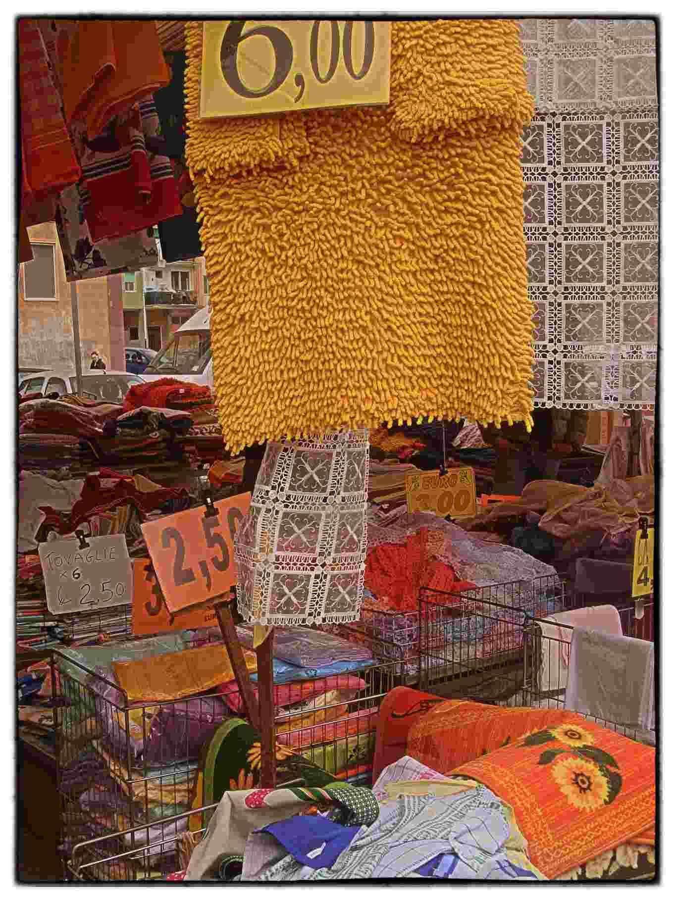 Handtücher, Tischdecken, Teppiche usw. auf dem Wochenmarkt Brindisi