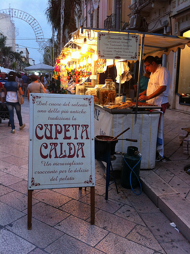 Cupeta Calda - Werbeschild für warmes Mandelkrokant