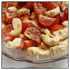 Cialledda, ein Salat aus Tomaten und Taralli