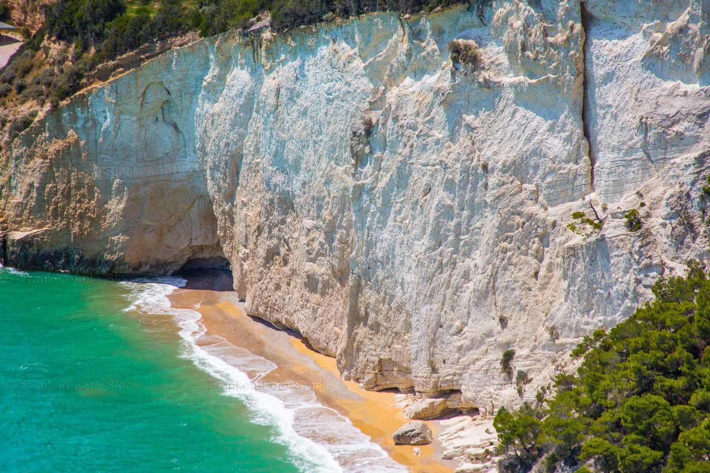 Gargano: weiße Klippe und Bucht, Foto R. Franken