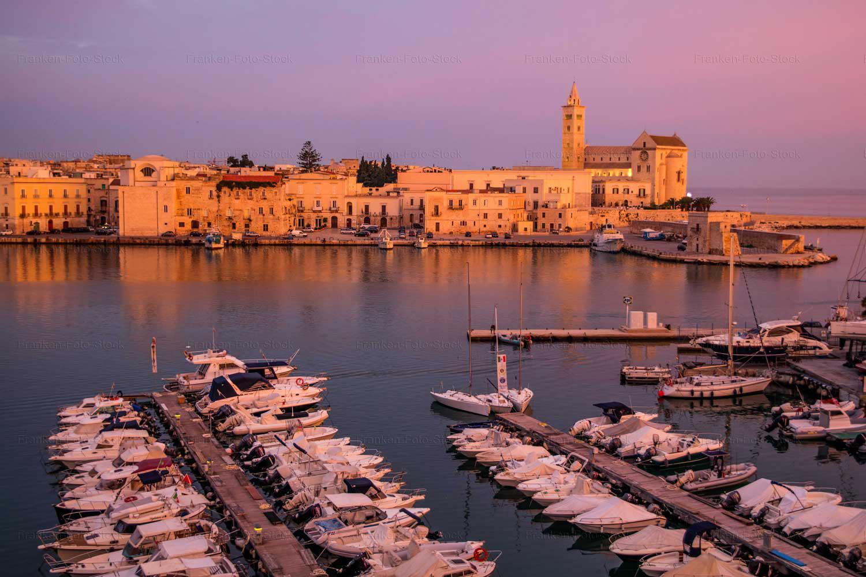 Der Hafen von Trani bei Sonnenaufgang. Foto R. Franken