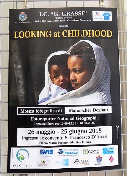 Plakat der Ausstellung Looking at Childhood von Manoocher Deghati